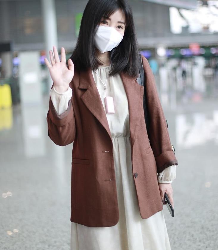 柳岩机场造型真低调,焦糖色西装宽松却很时髦,配连衣裙十分少女