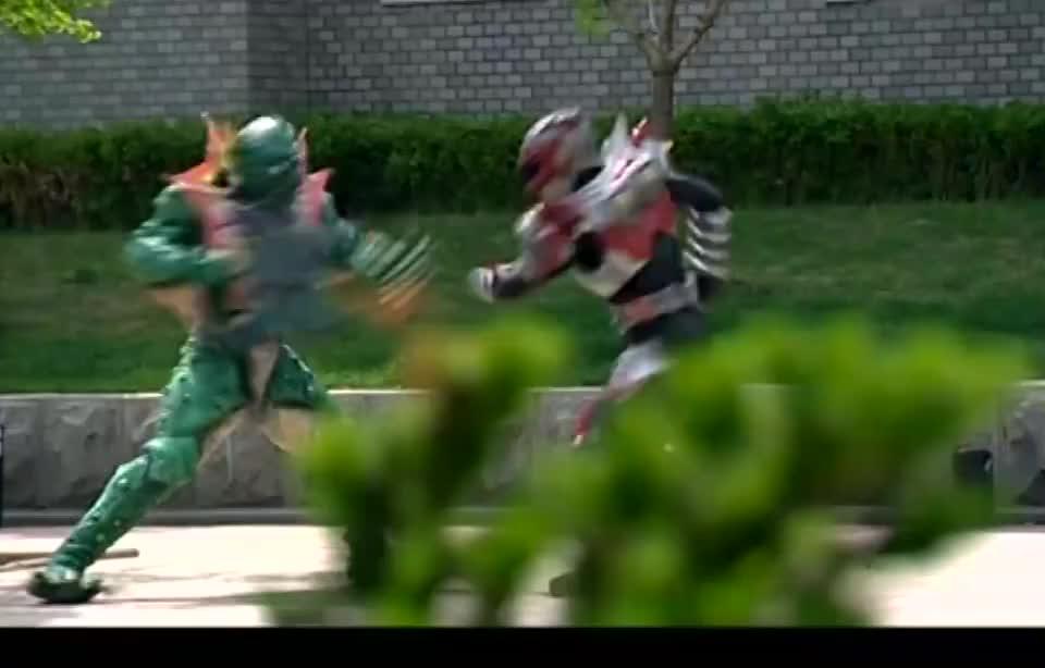 炎龙侠还没封印怪兽,雪獒铠甲突然出现,竟还开始攻击炎龙侠