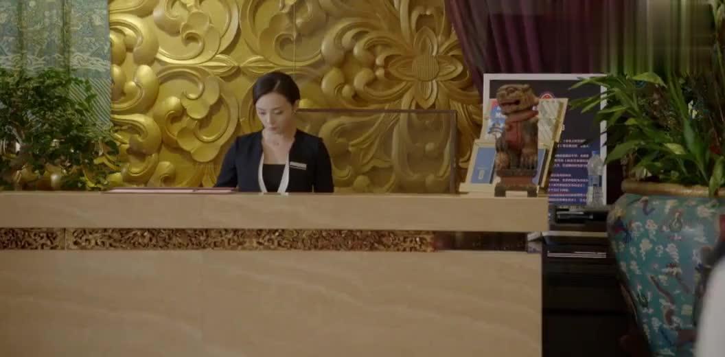 霸道总裁对女下属很亲密,怕女友吃醋回头看了一眼,简直太逗了!