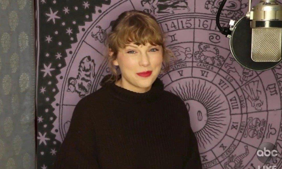 全美音乐奖最大赢家泰勒丝不到场,不忘拍片呛死对头!