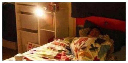 """3岁女儿独睡2米大床,却总抱怨""""很挤"""",妈妈看监控后手心出汗"""