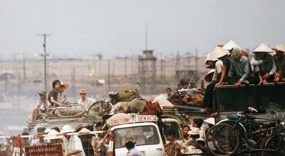 1975年越南统一战争百姓战乱中一路南逃,最后纷纷乘船投奔怒海