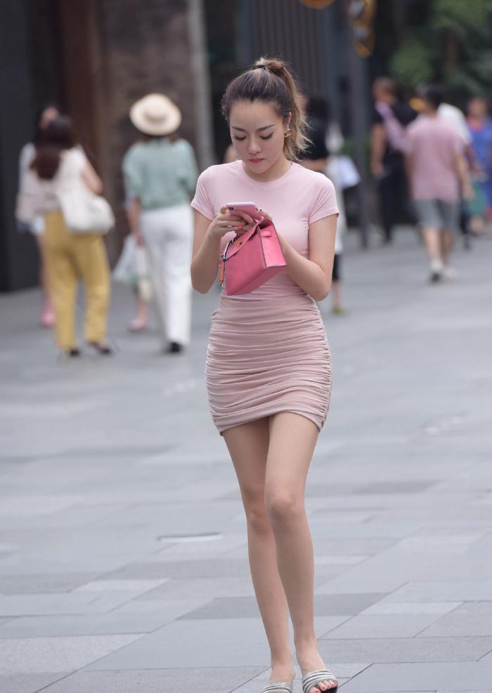 粉色衬托出她精致的曲线和少女的气质,展现出优雅自信的气质