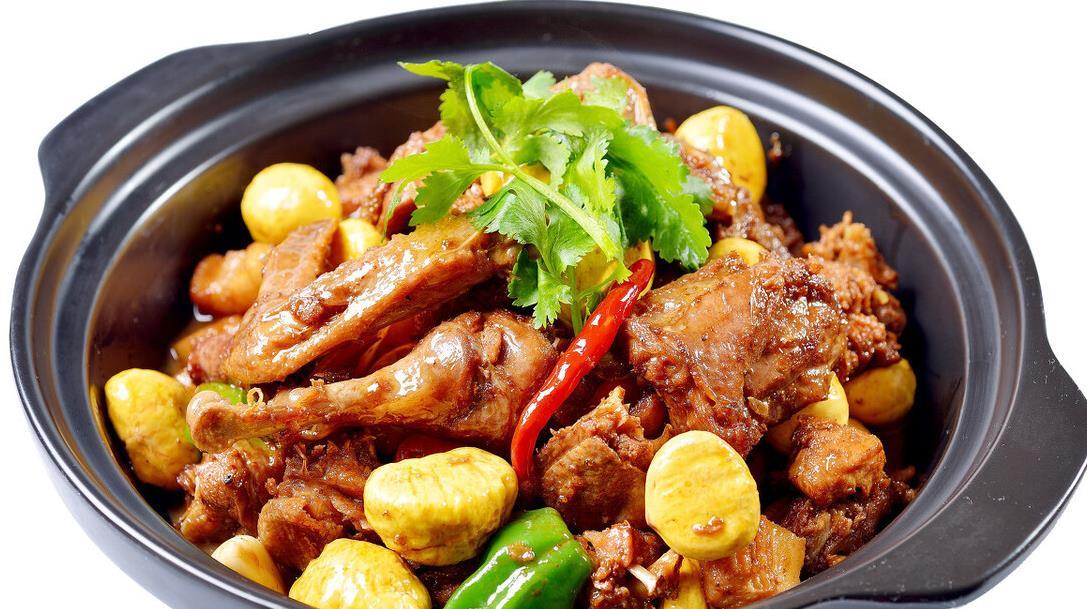 板栗烧鸡,软糯香甜超补气,做法很家常,新手小白也能学会的美食