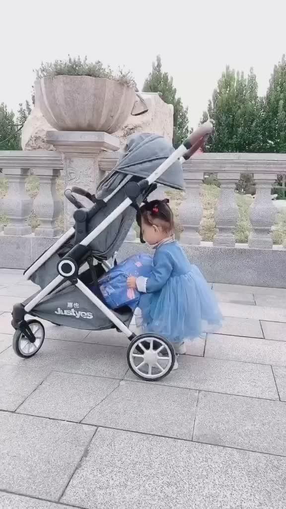 虽然爸爸一直在外出差,但只要回家就会带孩子玩给他们足够的陪伴