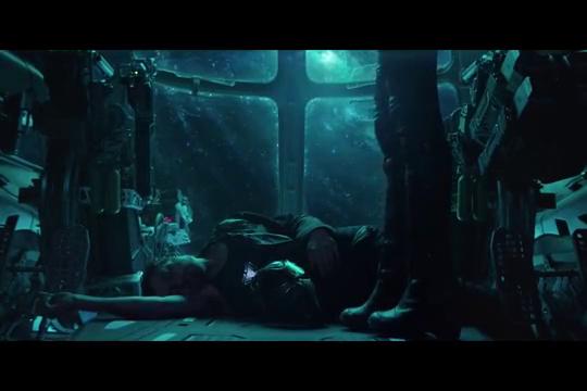 托尼万分绝望之际,惊奇队长出现,直接扛着他的飞船回地球