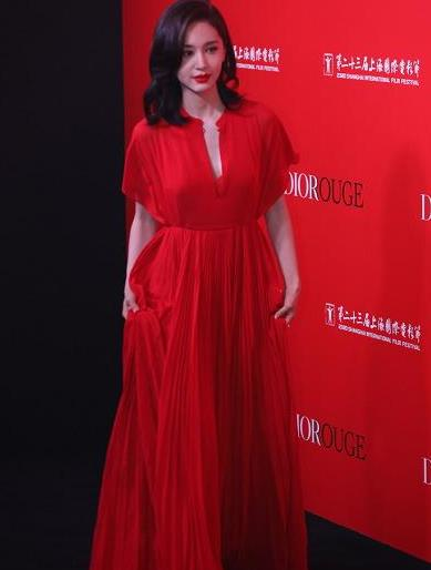 """真服了""""王子文"""",这么难驾驭的红色连衣裙,都穿出了国际范"""