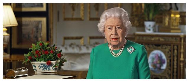 93岁英国女王发表历史性电视演讲!绿裙配绿松石胸针高贵又优雅