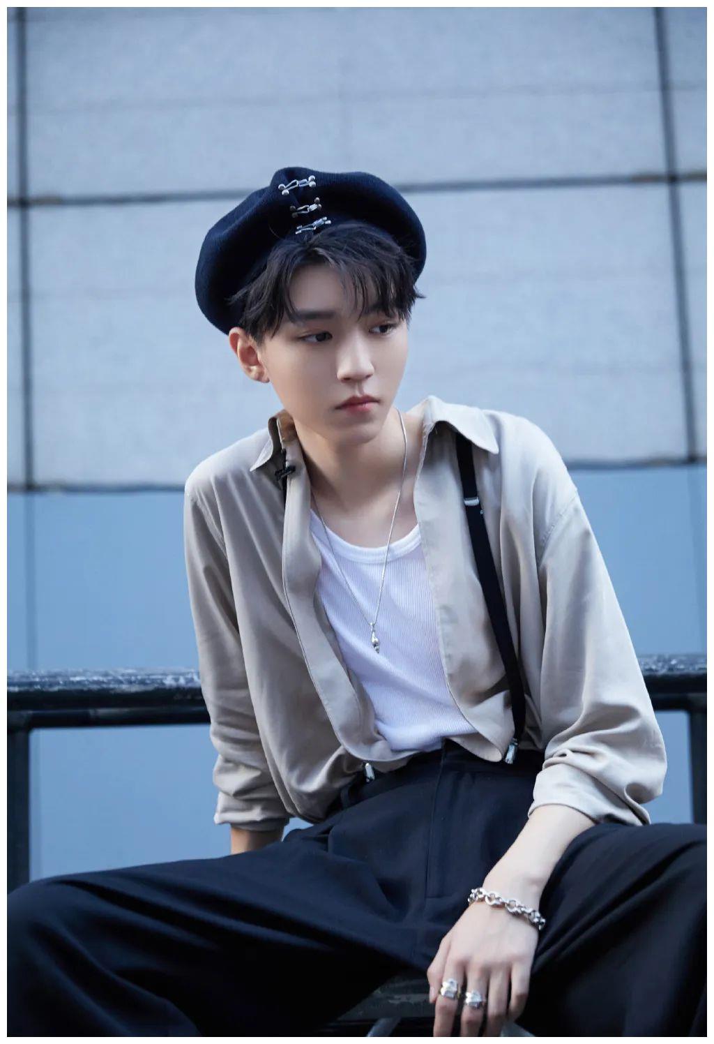王俊凯发乖巧自拍,还首次晒鞋,不过粉丝却被他的腿毛吸引了!