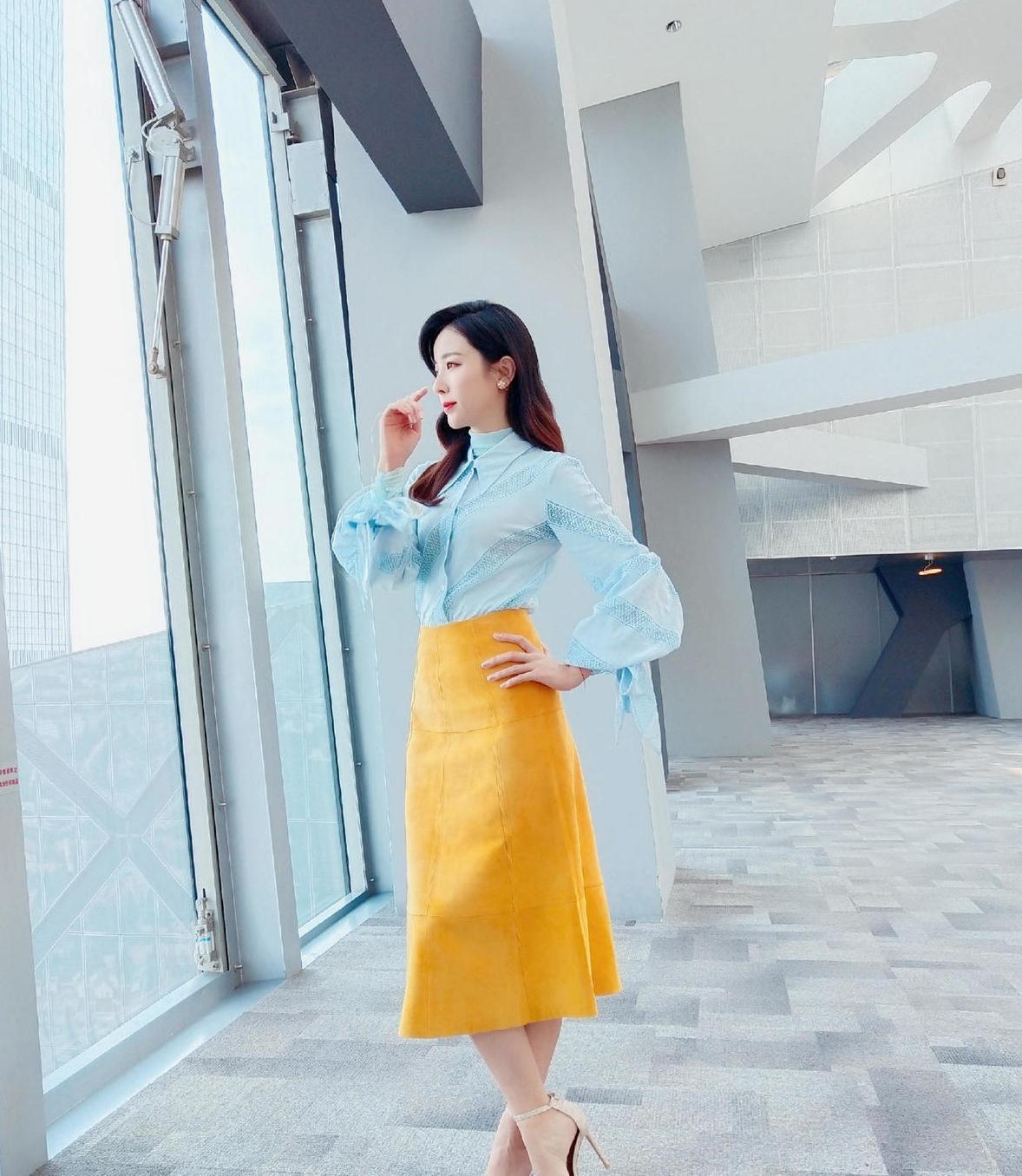 主持人李思思气质也太好了,穿浅蓝色衬衫配黄裙子,看着真高级