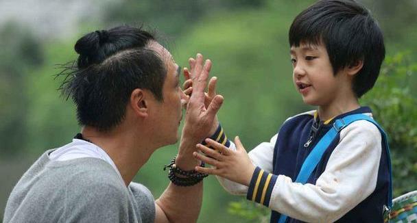 吴镇宇全家照!49岁王丽萍穿印花衬衫显优雅,费曼个头快赶超妈了
