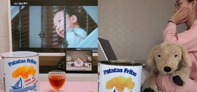 韩妞人手一桶油漆桶薯片追剧直接抱着吃,不怕胖还能拍