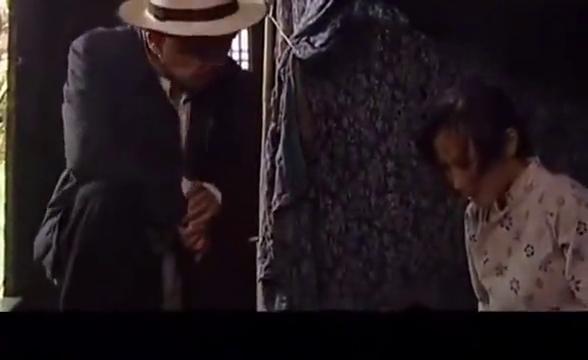 王麻子让手下出去后,可怜的芋子娃婆娘泣不成声,真是太可怜了!