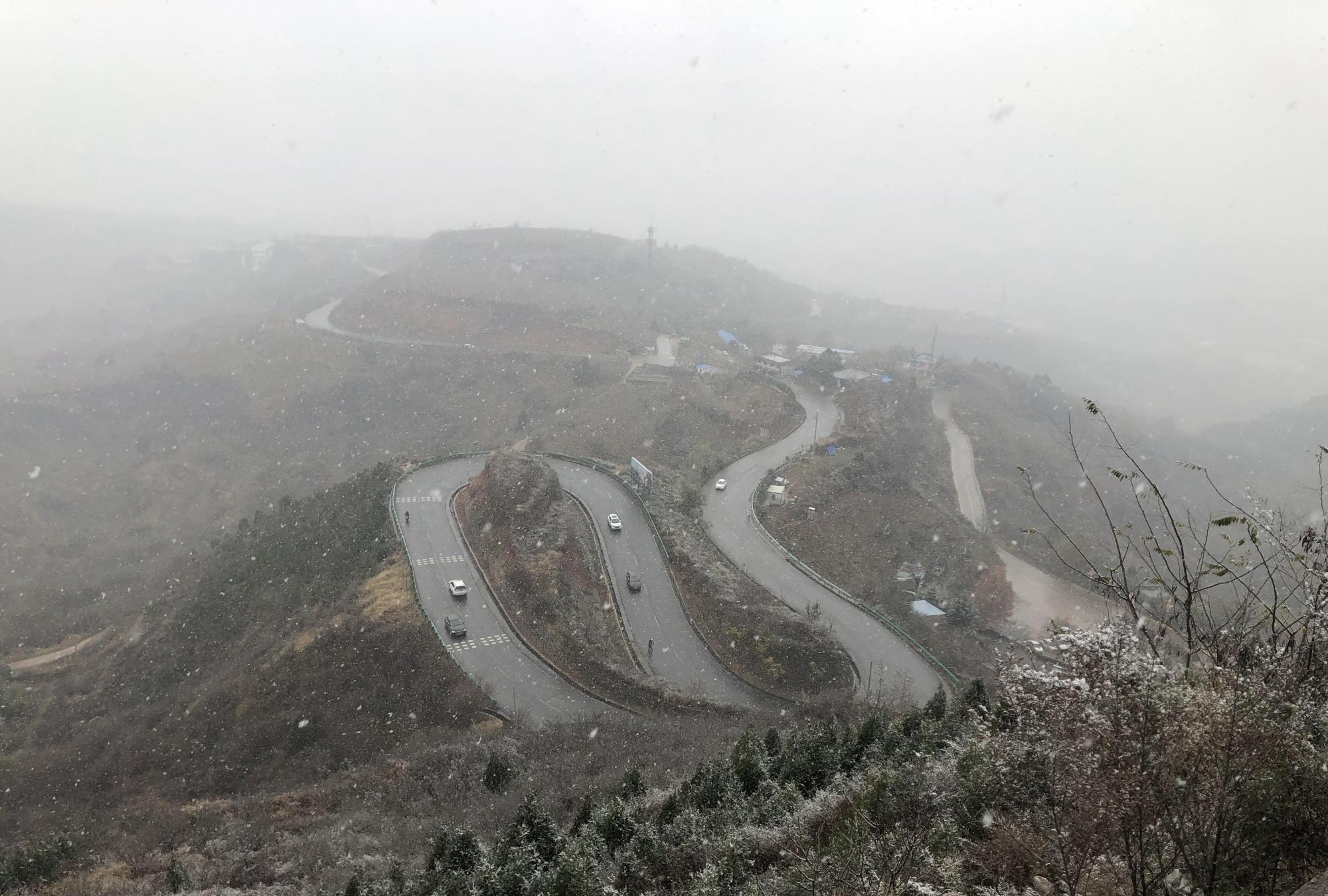 浓墨淡彩总相宜——环山路的第一场雪