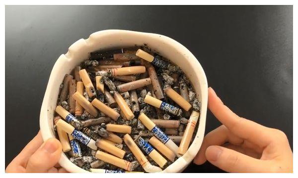 烟灰缸里一定要放张纸巾,解决了烟民们的一个小难题,太实用了