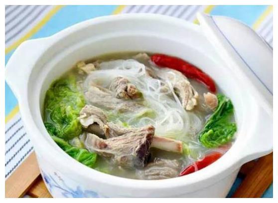 豆芽鲫鱼汤,羊排白菜粉丝汤,蔓越莓绿豆糕,笋干茶碗