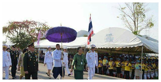 泰国诗琳通公主知道美啦!松石绿裙贵气,挺着大肚腩尽显王者气概