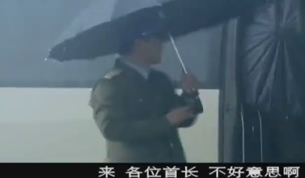 各兵种的首长,坐着大巴冒雨前来,就为了参观空军最新的战斗机