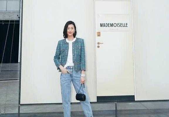 31岁刘雯机场造型接地气,马甲搭牛仔裤素面朝天,超模包袱不再