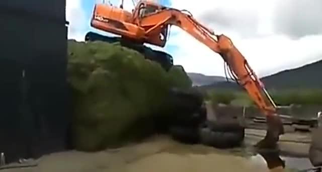 你们见过10吨挖掘机从高端跳下去的画面吗