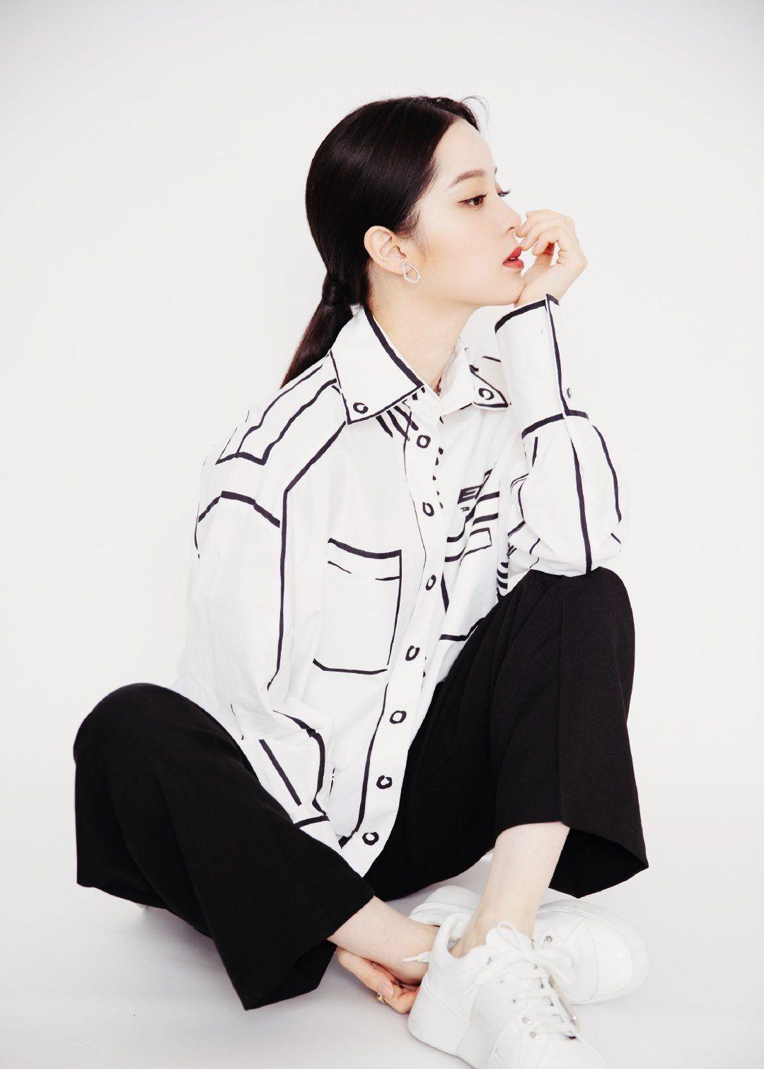 欧阳娜娜身着FENDI 黑白配更显帅气!