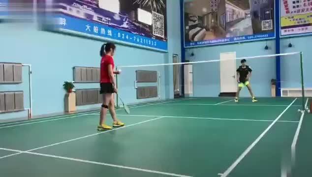 羽毛球业余比赛 这妹纸可以 直接单挑男选手