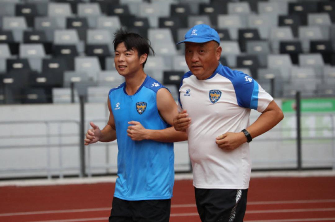 泰州远大俱乐部球员赛前训练,热身赛泰州远大对阵深圳佳兆业