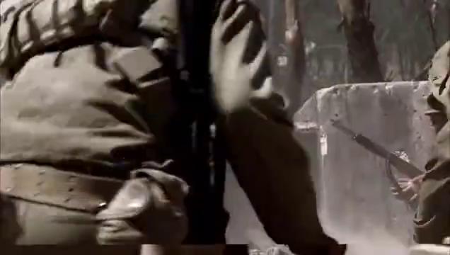 小鬼子躲在碉堡里打暗枪,美国兵用火枪把他们烧成烤鸡,真解恨