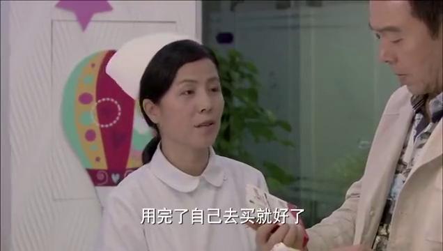 辣妈正传:夏冰拿着手机给他看短信,并说起前两天自己去征婚了。