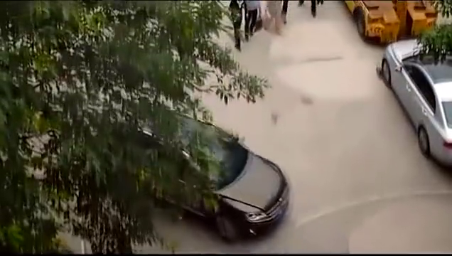 前女友破产后,小伙撞破她的车子,非要赔偿她一大笔钱!