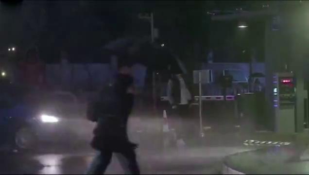 《秘果》大雨淋漓的街头校草独自行走,老师打伞送去温暖!