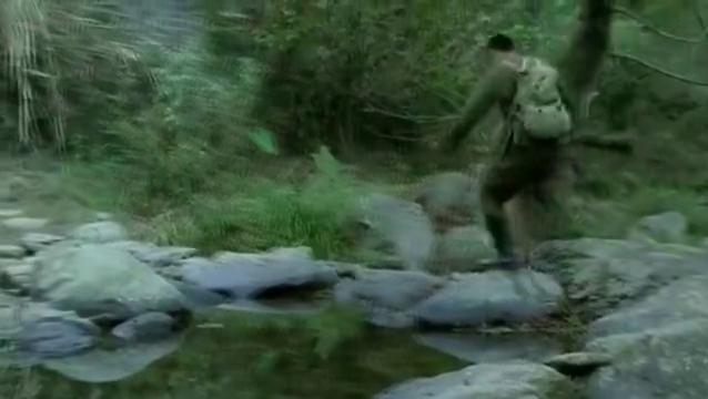 鬼子进村屠杀村民,一日本兵却躲起来,救了个孩子!