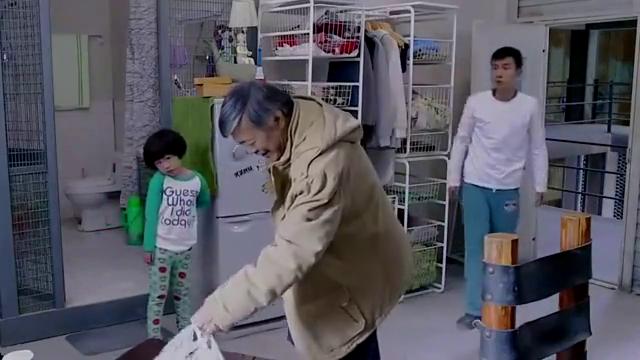 小爸爸:夏天落枕了,爷爷很是心疼,还去买了枕头!