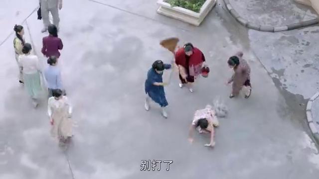 传奇大亨:女子被人扫在大街上,没想到碰到大哥,男子调侃女子