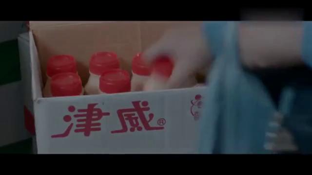 小胖子在自家超市给自己喜欢的小姑娘带了吃的喝的玩的和一束花!