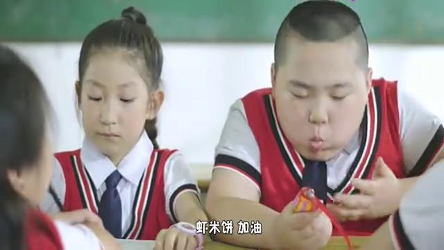 小学生比试吃东西,这个小胖子真是个吃货。