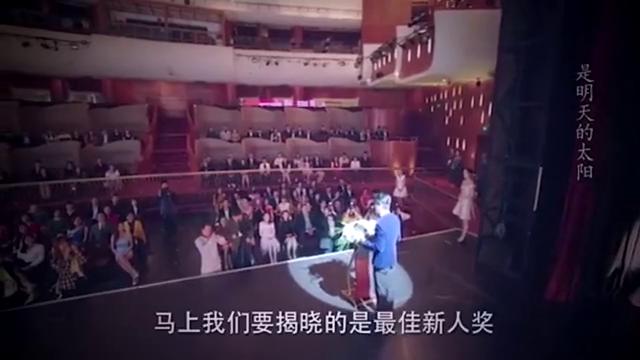 女孩登台领奖,没想到颁奖的竟是总裁男友,女孩当场看懵了