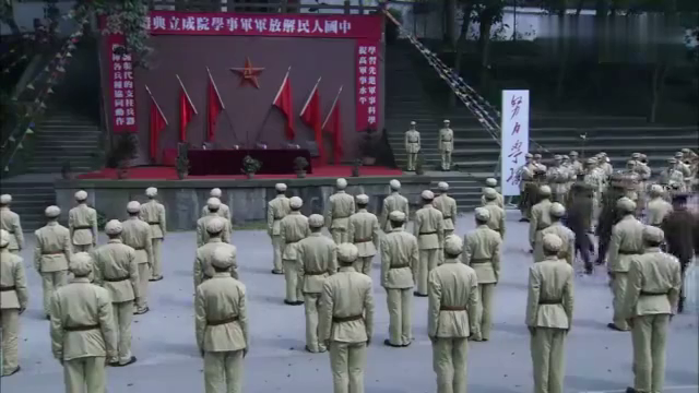 刘伯承元帅:南京军校授旗仪式开始,刘伯承接过红旗宣誓,太激动
