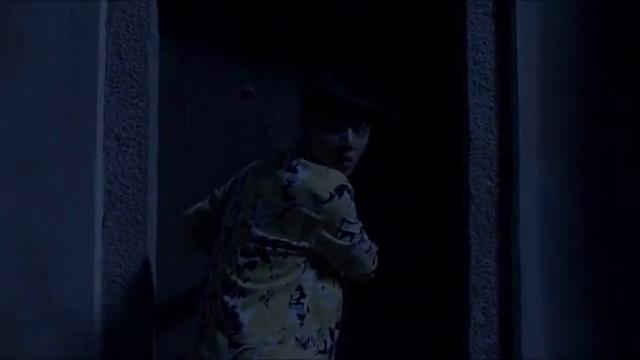 小伙偷偷进入无人的屋子,想要拿走骨灰盒,不料却被只手抓住!