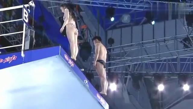 来欣赏一下美女潘辰与教练挑战十米高台跳水,为女神的勇气点赞