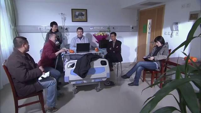 于队伤还没完全好,专案组竟到医院办案,太敬业了