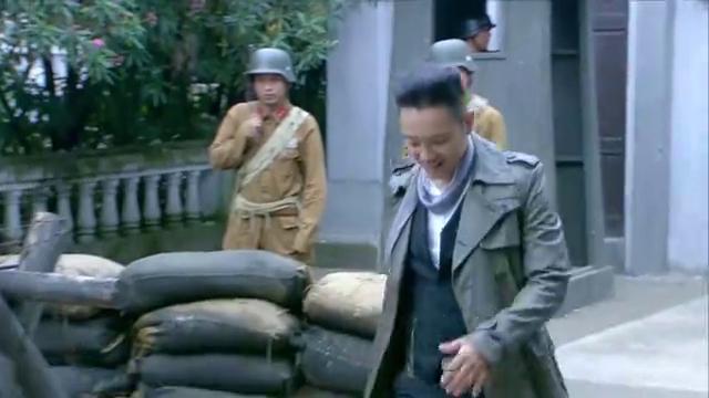 几十吨炸药爆炸,小伙竟然完好无损,没想到是汽油桶救了他一命