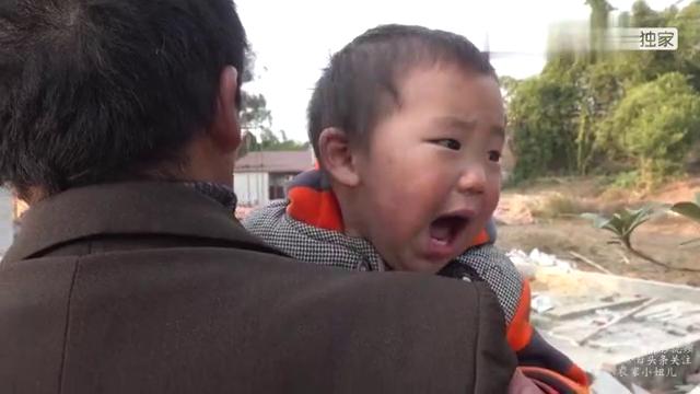 型男小妞不在身边,小满像个小哭包,老爸和幺叔又抱又逗不知咋哄