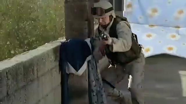 伊拉克士兵用手枪面对面直接撂倒两个美国大兵