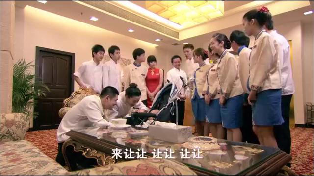 """后厨:金砂饭店客人竟""""遗忘""""了一个孩子,大家尽力哄宝宝睡觉"""