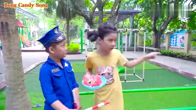 小坏蛋摇身变假警察用超级棒棒糖欺骗真警察救走姐姐,欺负小朋友
