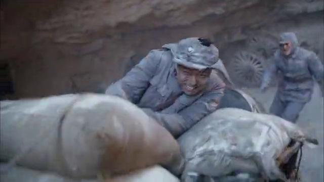 日军峡谷围歼国军残部,小伙一枪点燃油罐车,给鬼子来个中心开花
