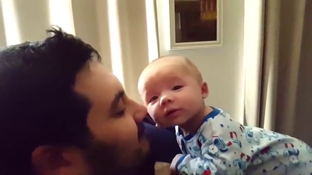 爸爸轻轻的吻了吻宝宝小脸,宝宝抬起脸甜甜的笑了起来,萌化了