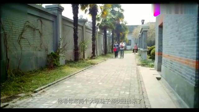 小伙在围墙外唱歌,美女听到激动飞奔,直接一个大拥抱!