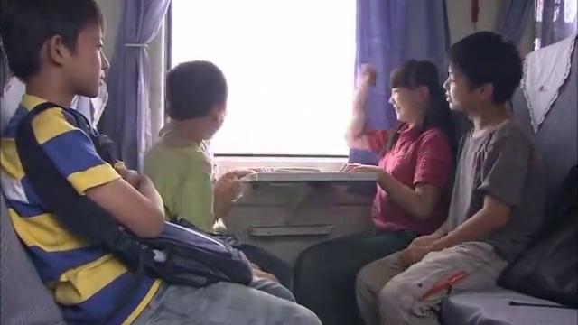 农村孩子头一次坐火车,去城里找父母,却不知对面坐着人贩子
